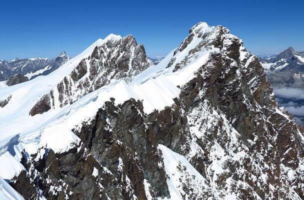 Blick vom Roccia Nera zu den Breithorn Zwillingen und dem Mittel-und Hauptgipfel. Eingerahmt vom Obergabelhorn und von der Dent d` Hérens