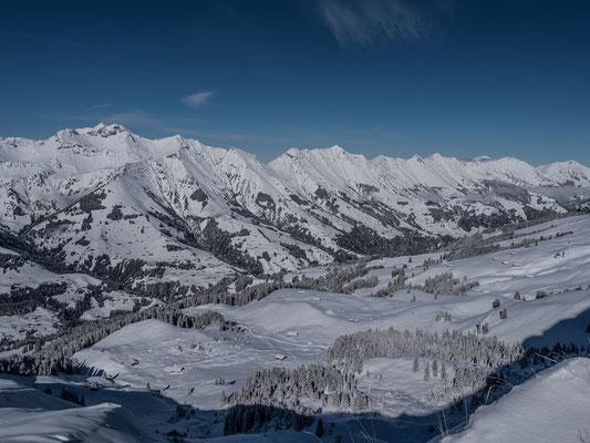 Blick über das Entschligetal, an einigen der klassischen Linien konnten wir die ersten Skispuren ausmachen