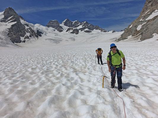 Etwas warm und deutlich überlaufen wirkt der Abstieg zur Konkordiahütte. Immerhin gibts am Blick auf die Jungfrau nichts zu beanstanden