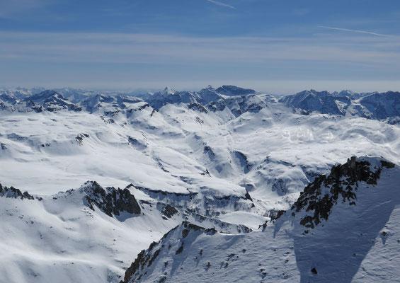 Fantastisches Schneeschugelände erstreckt sich oberhalb des Lago Dévero von Ost nach West. Ein paar schluchtartige Rinnen sorgen für etwas Spannung auf dieser weiten Fläche