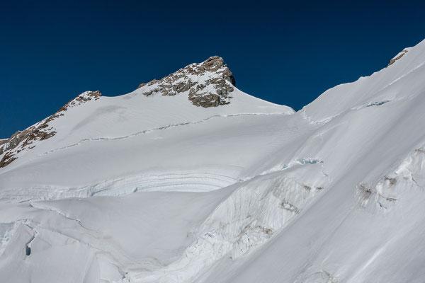 Wir wählen die zweite Variante und haben nach einem schweisstreibenden Aufstieg endlich einenn guten Einblick auf den Gipfelaufschwung