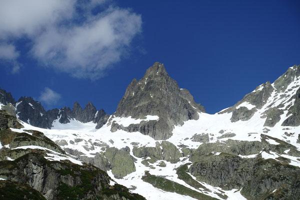 Central steht das Wendenhorn im Bild, links davon aber im obersten Abschnitt nicht sichtbar führt unser Anstieg rechterhand der zwei kleineren Fünffigerstöcke zum verborgenen Obertaljoch