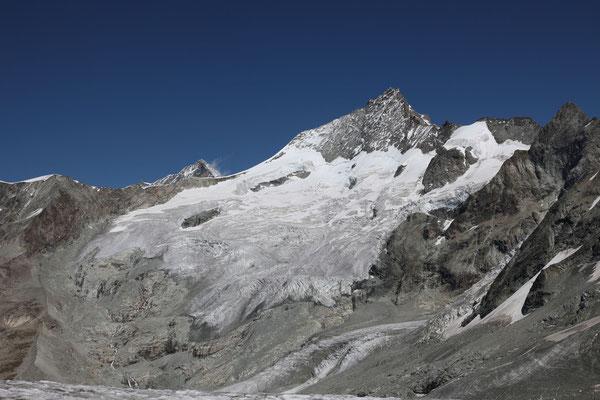 Das Zinal Rothorn mit dem Glacier du Mountet. Links schwingt der feine Firngrat zum Blanc de Moming, einzig vom Weisshorn überlagert. Rechts der Gipfel vom Trifthorn, die vergletscherte Rampe über welche unser Anstieg verläuft, liegt im Verborgenen