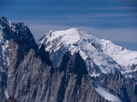 Der höchste Gipfel der Alpen, darunter die Petit und Grand Dru