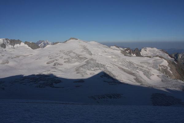 Das Diechterhorn vom Obere Trift Chessel gesehen, linkks davon das Schreckhorn und Lauteraarhorn, winzig klein das Gross Fiescherhorn und am linken Bildrand der Tieralplistock, welchen wir vor zwei Jahren überschritten haben