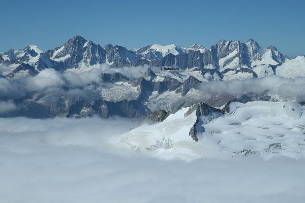 Blick vom Dammastock zu den Berner Alpen, aus dieser Perspektive scheint das Hubelhorn seinem Namen gerecht zu werden