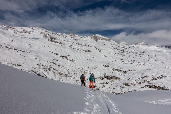 Gespurt und trotzdem weit und breit alleine unterwegs; im Aufstieg zum Wissgrätli mit Blick auf den Dachberg und das Frunthorn
