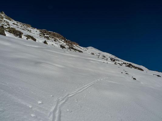 Die Spur schlängelt sich durch wenig bedeckte Geröllhalden zum Gipfel. Ich begnüge mich mit der unteren Hälfte, das Hübschhorn wäre sowieso ein zu hoch gestecktes Ziel