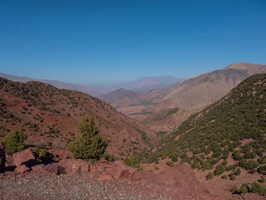 Jenseits des Passes ist das Gestein noch um einiges dunkler, die Strasse führt Richtung Marrakesch, unser Ausgangspunkt liegt rechterhand  im hinteren Seitental, die Ortsschaftheisst Imlil