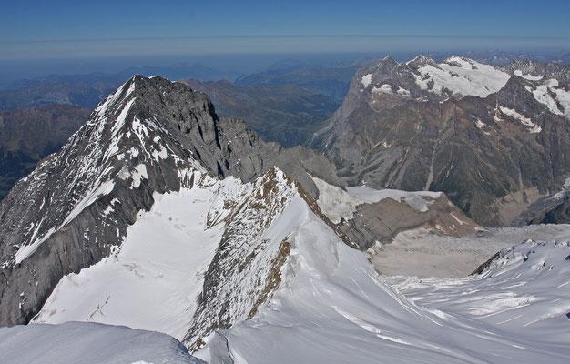 Blick vom Mönch zu den Eigerjöchern, dem Eiger sowie der Wetterhorn Gruppe