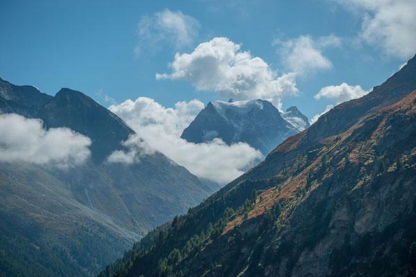 Allmählich lösen sich die Wolken auf und geben den Blick auf den Mont Collon frei