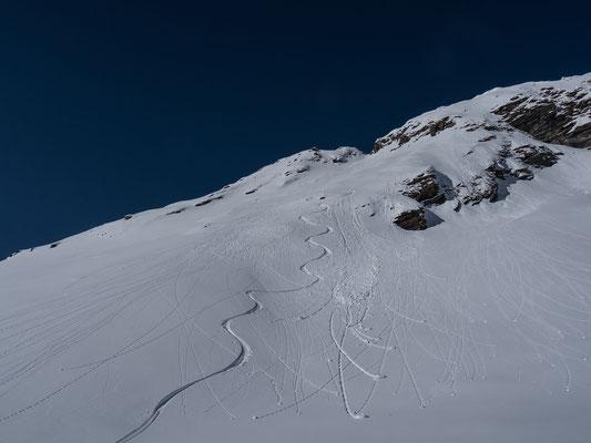 Powder liegt im Gipfelhang nur noch in wenig sonnen-abgewandten Hanpartien
