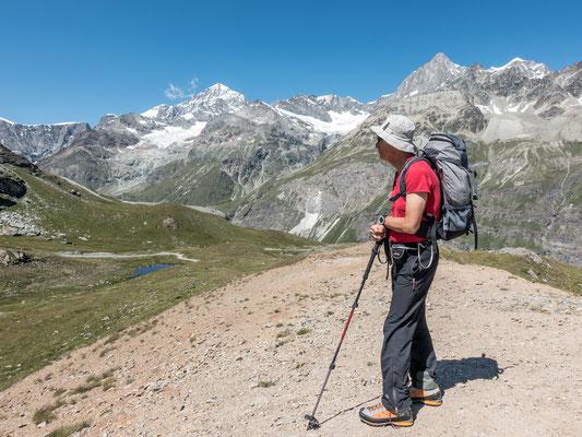 Vom Schwarzsee blicken wir zur Dent Blanche und dem Obergabelhorn.