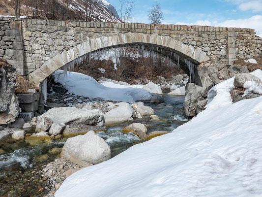 Die Reussbrücke bei Steinbergen mit besonderer Last, die Temperaturen bleiben auch Tags über im kalten Bereich