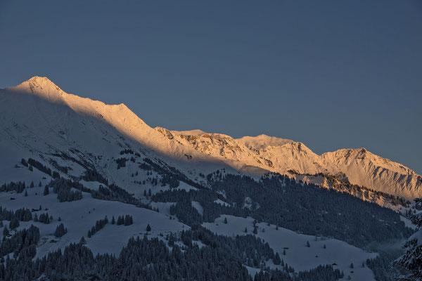 Golden leuchten die Gipfel der Niesenkette in den ersten Morgenstunden nach einer eiskalten Nacht