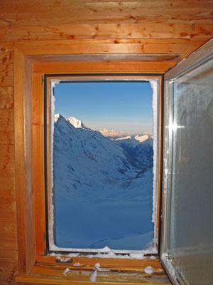 Nach einem winterlichen Tag grüsst die Sonne das Bietschhorn und den Mont Blanc
