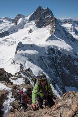 Tolle Kletterei am SW Grat vom Mönch. Das Panorama von links, Äbeni Flue, darunter das Louwihorn, Rottalhorn, Jungfrau, Wengener Jungfrau, Altels, Doldenhorn, Blüemlisalp und darunter das Silberhorn