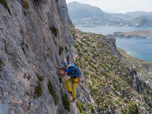 Die zweite 6a Länge bietet überaus scharfen Fels und eine tolle Aussicht auf Kalymnos mit dem Dörfchen Myrties