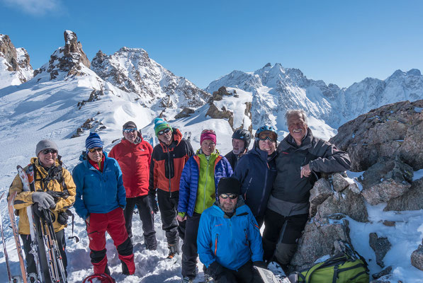 Zufriedene Gesichter strahlen mit der Montagne des Agneaux um die Wette
