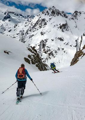 Uns ist heute guter Schnee wichtigher als das Gipfelziel. Deshalb treten wir im Juzfad die Abfahrt an. Hier die Einfahrt in den Steilhang beim Rossbiel