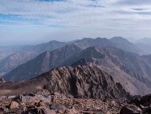 Unsere Tour rund um den Toubkal startet ganz links im Bild und führt während 5 Tagen rund um die südöstliche Hälfte des höchsten Atlas Gipfels. Am 6. Tag besteigen wir den 4167 Meter hohen Gipfel und steigen direkt ab nach Imlil