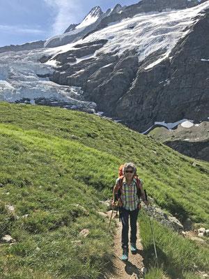 Danielle mit vollem Gepäck vor dem den Oberen Grindelwaldgletscher