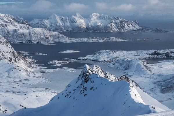 Endlich Lofoten Ausblicke, am linken Bildrand die Abstiegsroute unserer Schneeschuhgruppe entlang dem vereisten Vatterfjordpollen