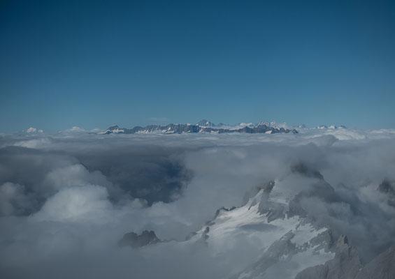 Sicht von den Walliser Hörner über die Urner Alpen zu den Berner Gipfel vom Finsteraarhorn bis zum Wetterhorn