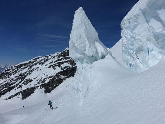 Steht noch auf solidem Sockel, diese tonnenschwere Eisspitze