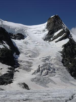 Dabei fasziniert jedes Mal diese geile Flanke. Dank dem vielen Altschnee wird sie im kommenden Winter mit grosser Wahrscheinlichkeit beste Verhältnisse aufweisen. Dieses Zeitfenster wollen wir nutzen für eine Bergvagabund Tour