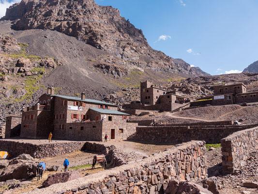 Die beiden Toubkal Hütten liegen auf 3011 Meter Meereshöhe und können sicher mehrere Hundert Bergsteiger beherbergen