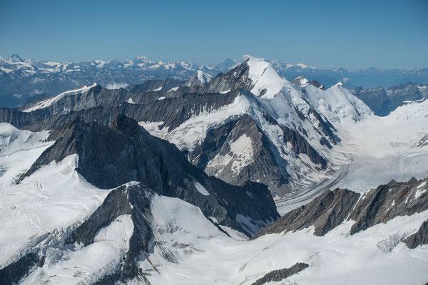 Flurnamen in der Vertikalen; Grünhornlücke, Dreieckhorn, Aletschhorn und Mont Blanc. Links von diesem die Grand Jorasse, der Grand Combin und die Grand Dent Blanche