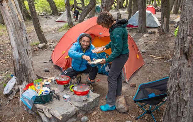 Zurück im Lager wird dem Koch schon ein Apéro serviert