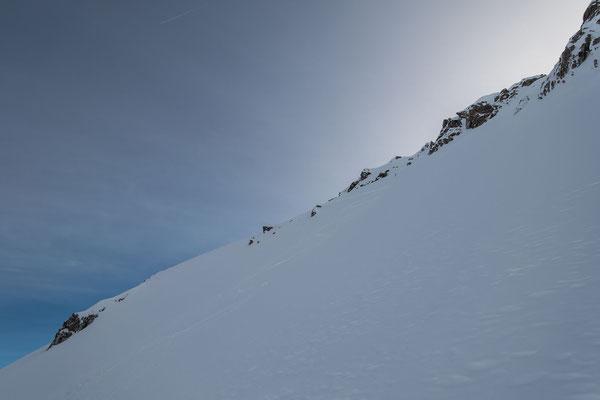 Im difusen Licht nur schwer erkennbar, meine Einfahrtsspur gleich links vom dreieckigen Gipfelfels