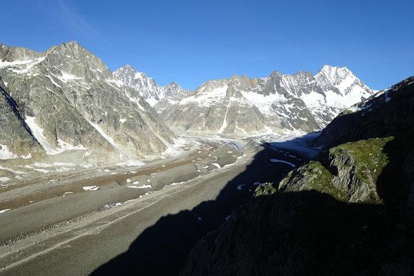 Nach dem Schuttbedeckten Unteraargletscher zweigt rechts der Lauteraargletscher ab. Wir wählen den linken Gletscher, welcher in Richtung Finsteraarhorn führt