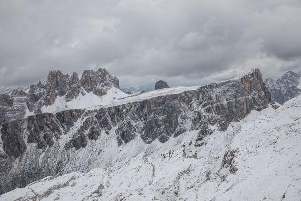Ausblick vom Gipfel in die gezackte Gruppe des Croda da Lago, rund um dieses Massiv führt unsere Abschlusstour