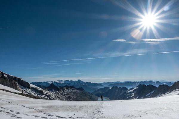 Urner- und Tessiner Alpen, der Oberaarsee und das Bier nicht mehr allzu weit.