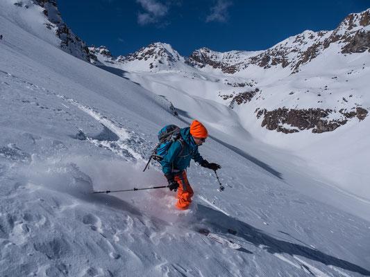 Hinter Danielle öffnet sich das Tal zu einem ordentlich grossen Kessel mit diversen Skimöglichkeiten, z.B.Les Jumelles Sud