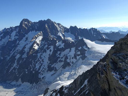 Fieschergrat! Ein imposanter Tiefblick auf die Schlüsselstelle von unserem Aaretrekking. Anfangs Juli vor einem Jahr konnten wir diese Passage im wilden Gletscherlabyrinth noch Problemlos meistern, jetzt wäre es ein anspruchsvolles Husarenstück