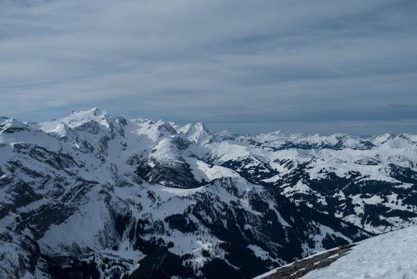 Herausragend das Wildhorn, darunter die Iffigalp und die Gipfel des Saanenlandes