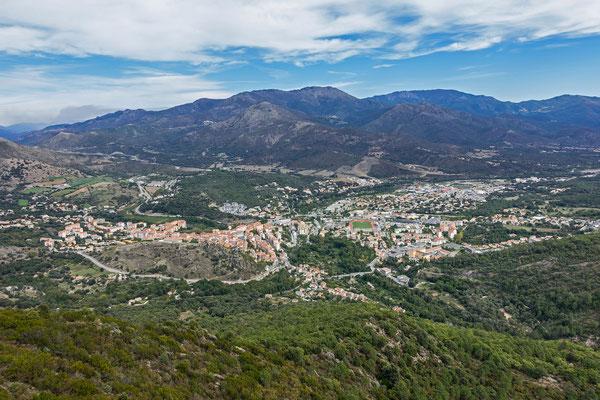 Vom Gipfel geniessen wir einen wunderschönen Blick auf Corte hinunter