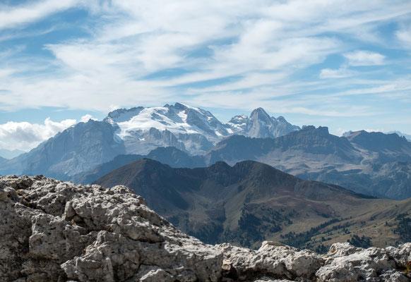 Nach vier Stunden ist der Ausstieg erreicht, aber noch lange nicht der Gipfel. Blick auf die Marmolada Gruppe