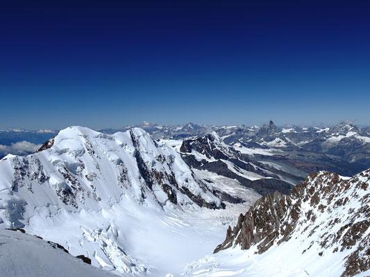Weit-und Tiefblick, oben die Gipfel des Liskamm, Mont Blanc, Grand Combin, Dent d`Hérens , Matterhorn und Dent Blanche, unten der wilde Grenzgletscher