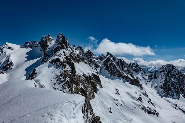 Blick vom Skigipfel zum verwächteten Undertalstock, markant darüber die Fünffingerstöck, links aussen der Uratstock