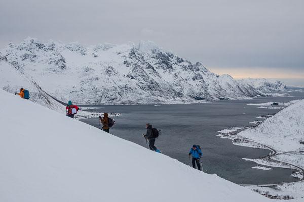 Wie ein mit Wasser gefülltes Tal schlängelt sich der Austnesfjorden  an den Fuss einiger imposanten Gipfel. Unsere Skitourengruppe peilt den Klassiker Pilan an