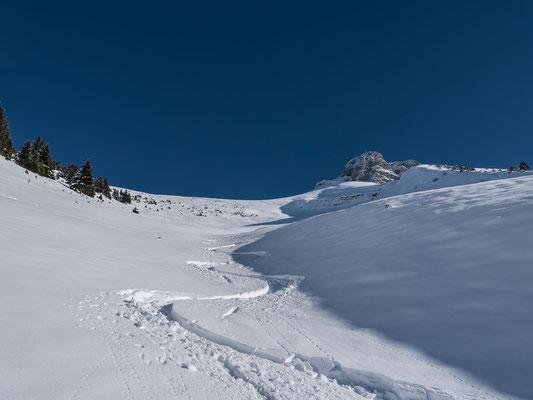 Die kleine Half Pipe ist optimal gefüllt mit Schnee