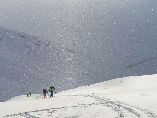 Eine stürmische Bise lässt die Schneekristalle auf unserem Weg zum Campagnung tanzen (Bild Martin, Bergführer aus Lech)