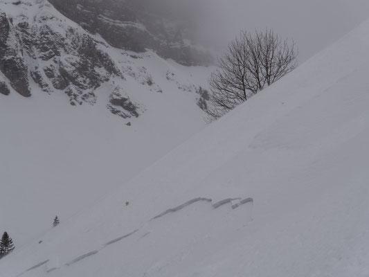 Oberflächenreif, leichter Schneefall und Wind, eine heimtückische Situation. Und gar nicht so einfach, mit Schneeschuhen dem Abgang zu widerstehen.