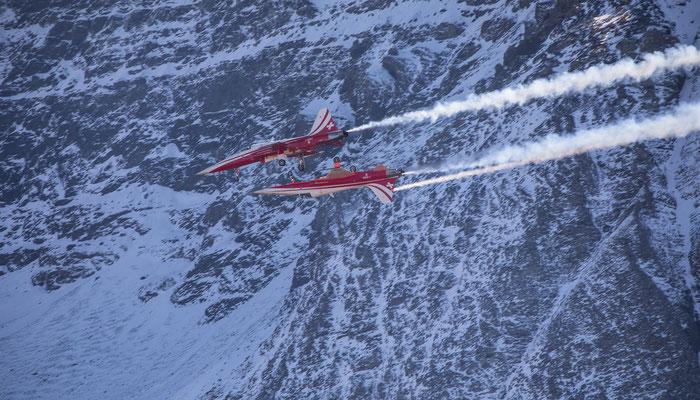 Auch die Patrouille Suisse zeigt einige ihrer Flugkunststücke
