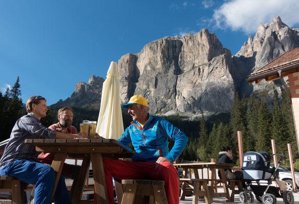 Durst löschen vor eindrücklicher Kulisse und ebensolchem Motorenlärm am Pian Schavaneis. Ja klar doch, wir sind hier an einer beliebten Töffrennstrecke in den Dolomiten. Halt die Ohren steif, Bruno!